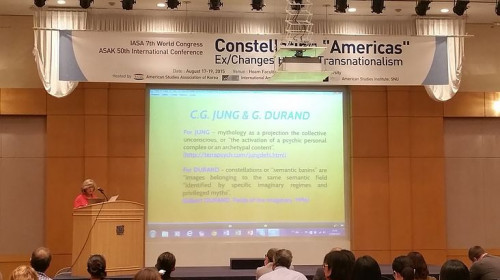 Zilá Bernd, proferindo conferência inaugural do 7th Worl Congress of IASA - International American Studies Associatian, Seul (Coreia do Sul), 17 de agosto de 2015.