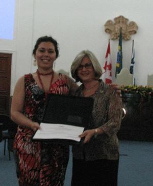Kelley Duarte (FURG) recebendo o prêmio Zilá Bernd de melhor tese em Estudos Canadenses do biênio 2010-2011, em Salvador, dia 24/10/2011.