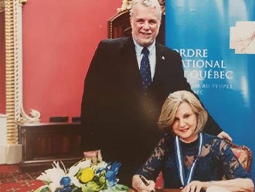 Recebendo em 2014 a ordem Nacional do Quebec no Parlamento de Quebec